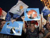 Supporters of the AKP celebrate after the elections in 2007 (photo: AP)