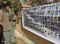 Kurds looking at images of those killed in the attack on Halabja (photo: AP)