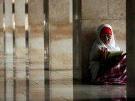 Woman reading the Koran in the Istiqlal Mosque in Jakarta (photo: dpa)