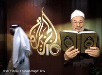 Sheikh Yusuf Al-Qaradawi next to the Al-Jazeera logo (photo: DW/dpa)