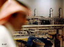 Saudi employee in front of a petroleum refinery (photo: AP)