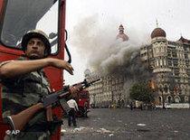 Police in front of the Taj Mahal hotel (photo: AP)