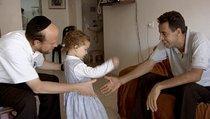 Menuha and her father meet Ismael Khatib (photo: Arsenal Filmverleih)