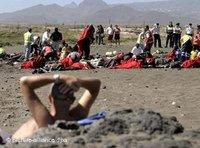 Tourists and refugees on the beach in Tenerife, Spain (photo: dpa)