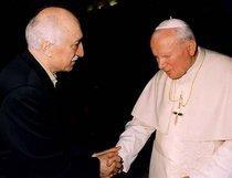 Fethullah Gülen shaking hands with Pope John Paul II (photo: AP)