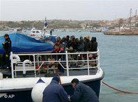 Ship full of refugees intercepted by Italian authorities at the Italian coast (photo: AP)