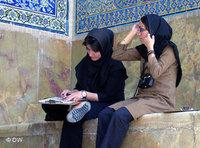 Two Iranian headscarfed women in a mosque (photo: DW)