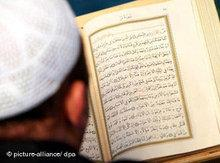 man reading text in Arabic (photo: picture-alliance/ dpa)