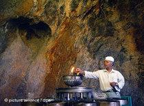 Zoroastrian priest in fire temple of Pir-e Sabz in Chak-Chak (photo: dpa)