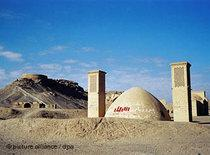 The ruins of a fire temple near Yazd (photo: dpa)