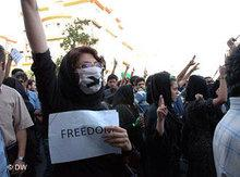 Women demonstrating in Teheran (photo: DW)