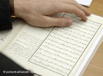 Reading the Koran (photo: dpa)