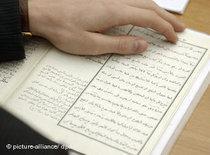 Reading the Koran (photo: dpa)