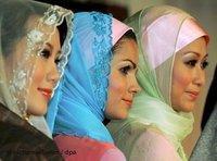 Three women with headscarf (photo: dpa)