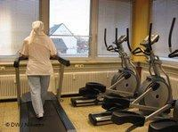 A woman with a headscarf on a treadmill (photo: Deutsche Welle)