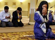 Professor Amina Wadud leads a friday prayer (photo: AP)