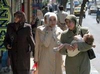 Traditionally dressed Syrian women with abaya and hijab (photo: dpa)
