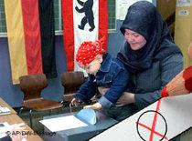 Muslim woman casting her vote during election in Germany (photo: AP/DW)