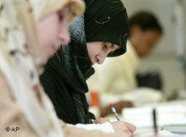 Muslim women at a german language class (photo: AP)