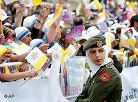 Jordanian Christians welcoming the Pope (photo: AP)