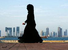Veiled woman in front of the skyline of Doha (photo: AP)
