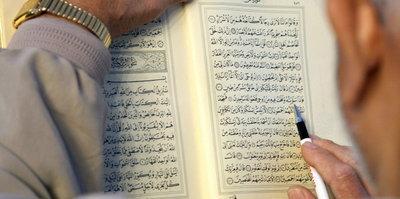 Man reading the Koran (photo: dpa)