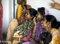 Indian women at a family planning information session (photo: DW)