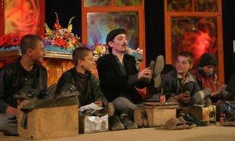 Farhad Darya on stage with Afghan teenage boys (photo source: www.farhaddarya.info)