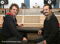 Farhad Darya and Goar B during a studio session (photo: picture-alliance/dpa)