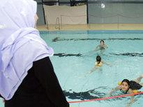 Swimming lesson with and without headscarf (photo: AP)