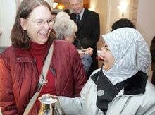 Two women, one with headscarf, one without (photo: dpa)