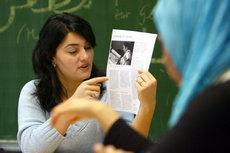 Lamya Kaddor teaching Islamic Studies in a school (photo: dpa)
