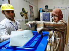 Iraqi woman at the ballot box (photo: AP)