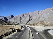 Road linking Muscat and Nizwa (photo: dpa)