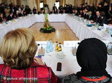 Minister of State Maria Böhmer (CDU) and the islamic theologian Hamideh Mohagheghi (at the right) at the Islam Conference (photo: dpa)