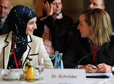 German Minister for Family Affairs Kristina Schröder at the Islam Conference with a Muslima (photo: dpa)