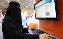 Saudi woman surfs the internet (photo: AP)