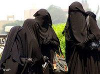 Women wearing black niqabs (photo: AP)