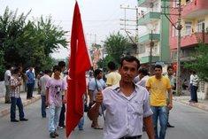 Turkish demonstrators in the streets of Dörtyol (photo: Ayşe Karabat)