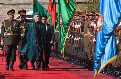 Afghan President Hamid Karzai and the Afghan Guard of Honour (photo: AP)