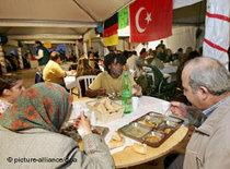 Turkish Muslims during iftar in Germany (photo: picture-alliance/dpa)