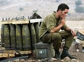 An Israeli soldier and artillery on the border with Lebanon (photo: DW)