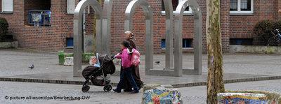 Two headscarfed women in a German inner-city district (photo: picture-alliance/dpa/DW)