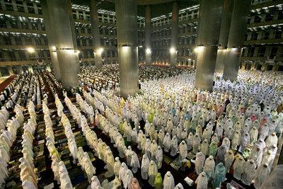 A mosque full of Muslims (photo: AP)