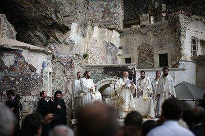 Priests in white vestments and black and purple headdresses surrounded a chanting Patriarch Bartholomew in the Panagia Soumela Monastery (photo: Iason Athanasiadis)