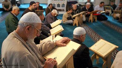 Students reading the Koran at a mosque in Germany (photo: picture-alliance/dpa)
