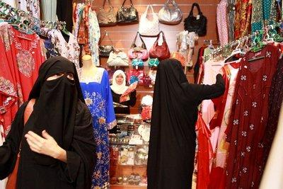 Two niqabi-women shopping (photo: Stephanie Doetzer)