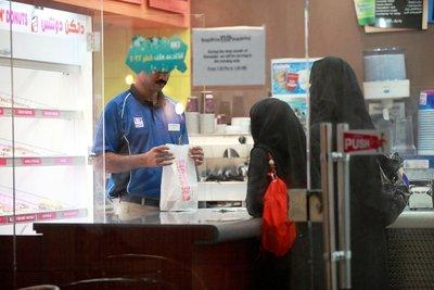 Two women wearing the niqab in an American donut shop (photo: Stephanie Doetzer)