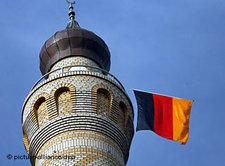Minaret with a German national flag (photo: picture-alliance/dpa)