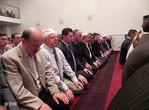 Muslims during prayer (photo: DW)